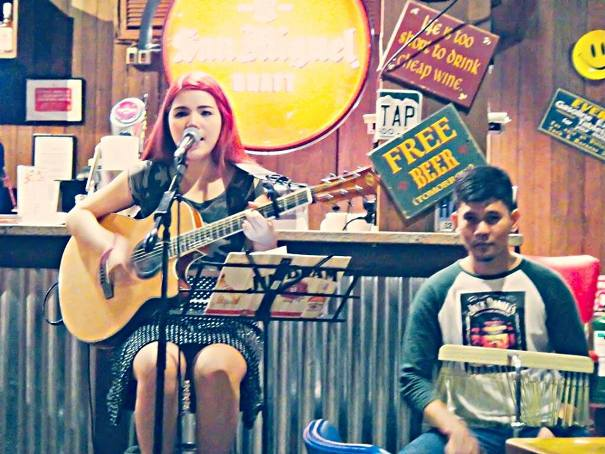 meg fernandez bucsit picture while performing